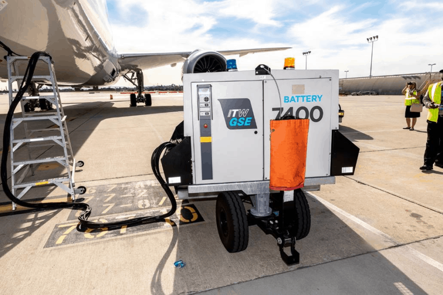 Demonstration of the ITW GSE 7400 eGPU powering United 787 Dreamliner at LAX, US